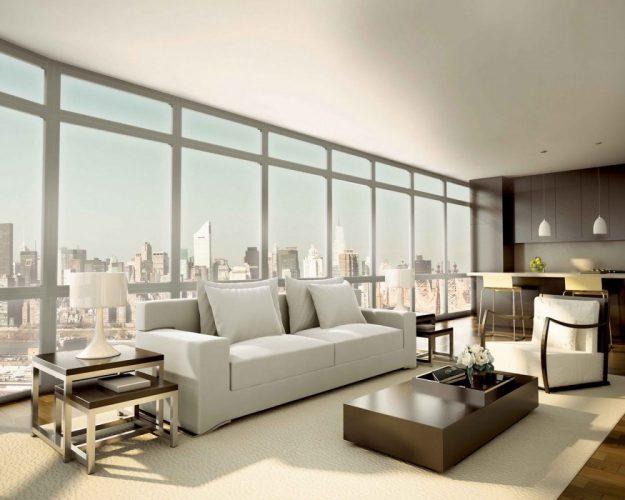Просторная гостиная с панорамными окнами