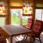 Зона отдыха в дачном доме с римскими шторами на окнах