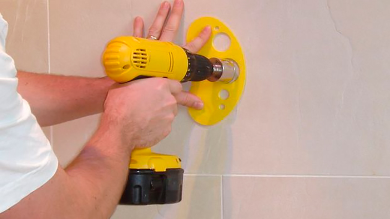 Сверление плитки через шаблон, чтобы она не треснула