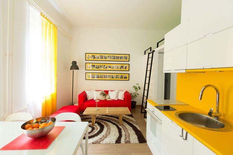 Яркая квартира-студия со спальным местом наверху