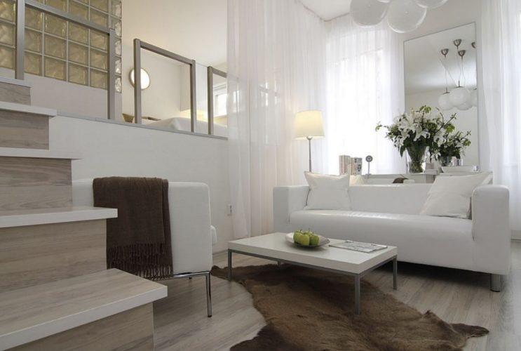 Квартира студия с высоким подиумом для спальной зоны