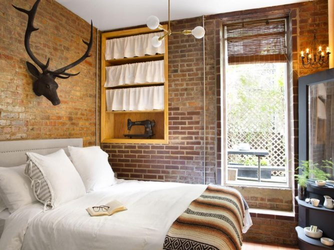 Спальня с кирпичными стенами