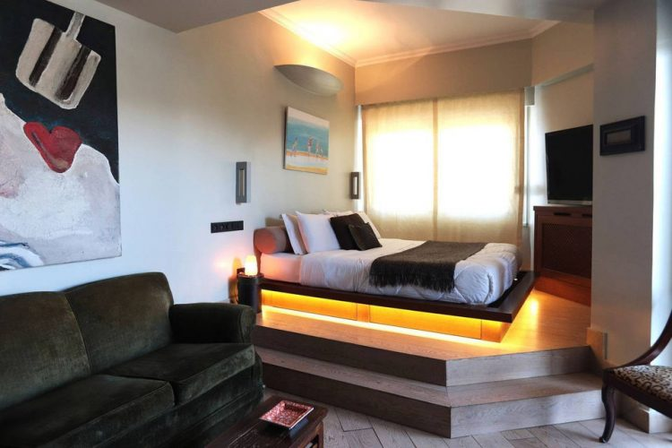 Комната-студия с кроватью на подиуме