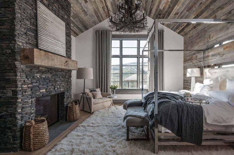 Очень просторная спальня в доме