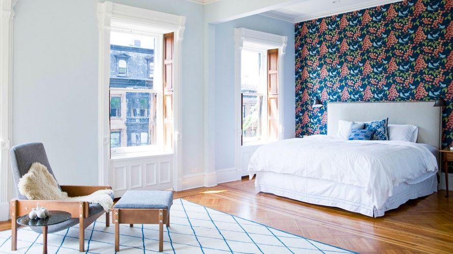 Спальня с яркой стеной