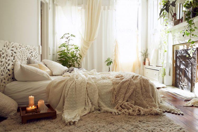 Уютная светлая спальная комната