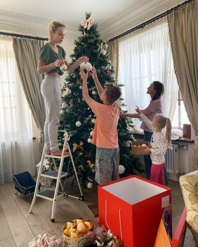Полина Гагарина с семьёй наряжают ёлку