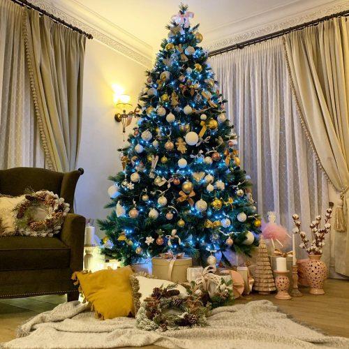 Красивая ёлке в квартире Полины Гагариной