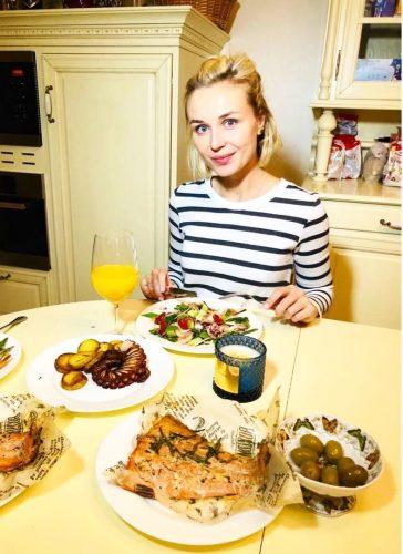 Полина Гагарина ужинает на кухне