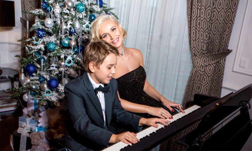 Полина Гагарина и её сын играют на пианино