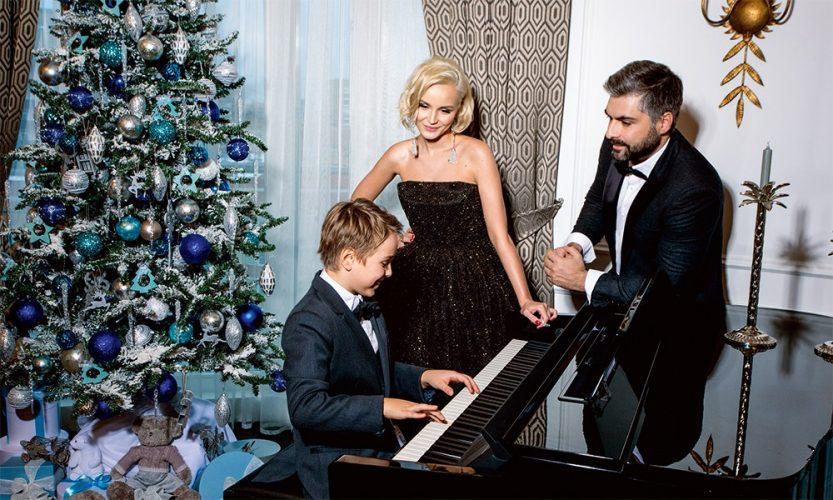 Полина Гагарина и её муж смотрят, как играет на пианино их сын