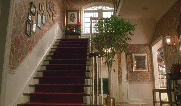 Холл в доме из фильма «Один дома» до изменений