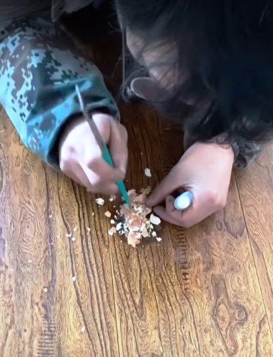 Кадр из видео: «Ремонт стола яйцом»