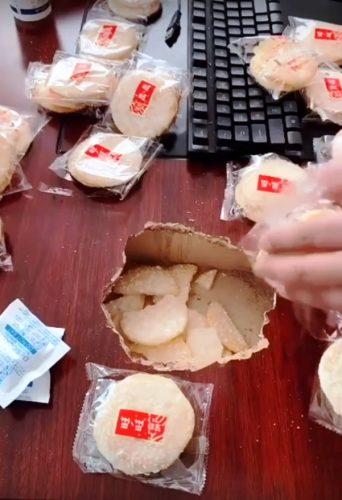 Кадр из видео: «Ремонт столешницы печеньем»