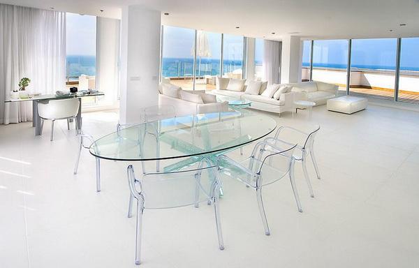 Стеклянные стол и стулья