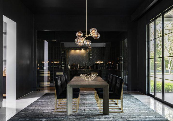 Стекло, золото и свет в интерьере чёрной столовой
