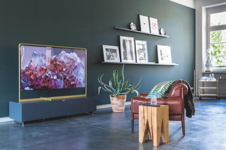 Стены гостиной цобыграны контрастными фотографиями и картинами