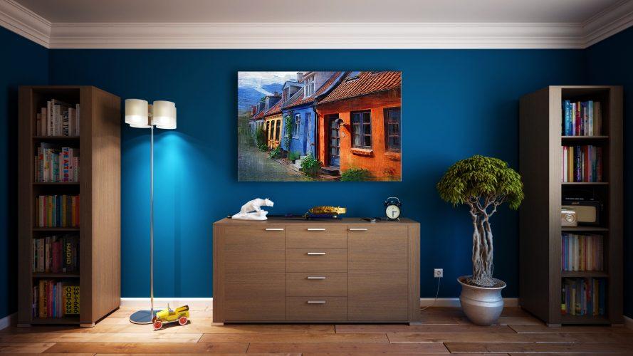 Синий цвет стен смотрится особенно ярко в сочетании с картиной и торшером с белым плафоном