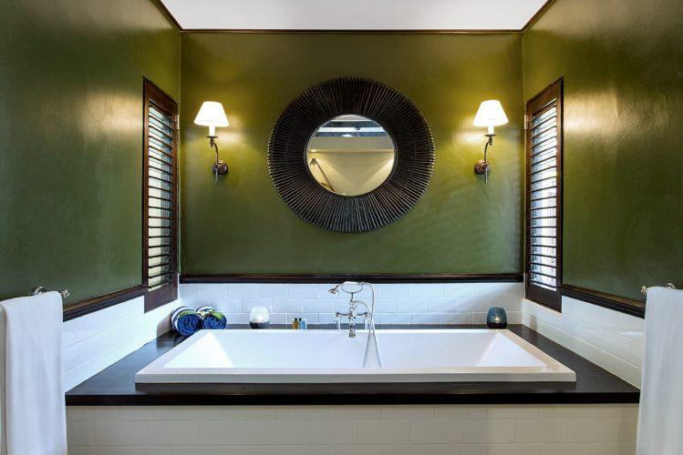 Ванная насыщенного тёмно-оливкового цвета