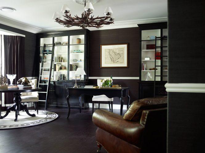 Чёрная гостиная выглядит нарядно за счёт обилия контрастных белых элементов декора