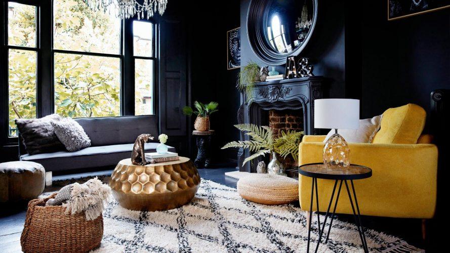 Чёрный цвет стен балансируют ярко-желтое кресло, белый ковер и обилие золотых и стеклянных элементов