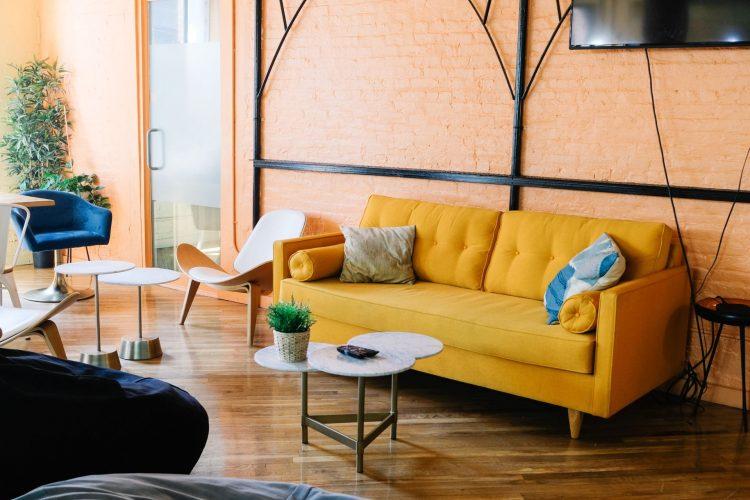 Жёлтый диван в стиле 70-х
