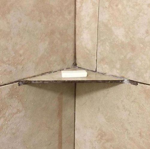 Полочка в ванной из плитки