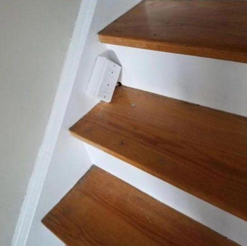 Розетка на лестнице