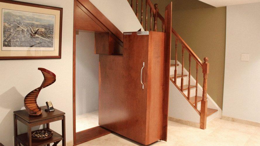 Вход в потайную комнату под лестницей