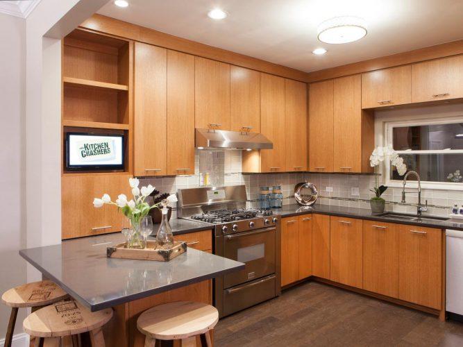Навесные шкафы до потолка в кухне