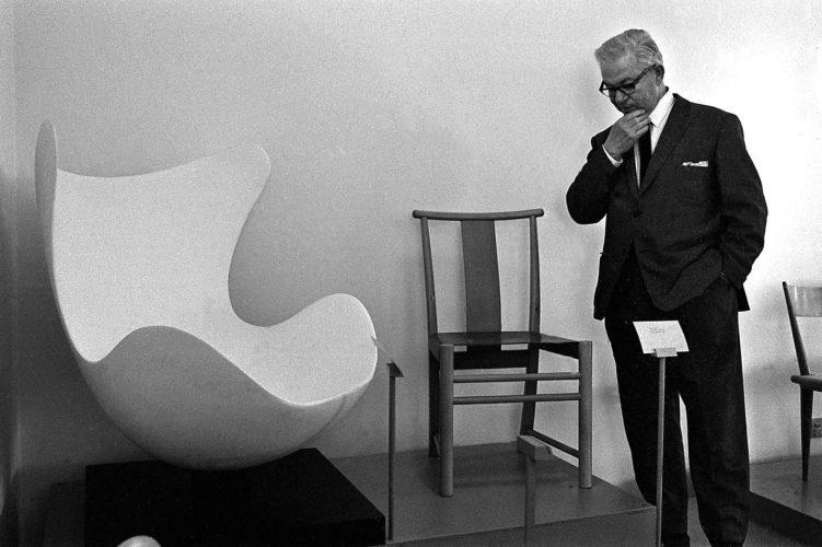 Арне Якобсен около своего кресла