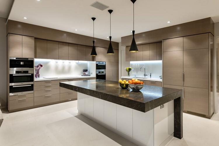 Разные варианты освещения и подсветки в кухне
