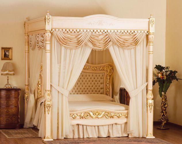 Красивая кровать с балдахином