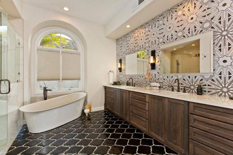 Плитка необычной формы в ванной