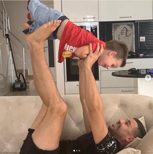 Сергей Пынзарь с сыном на кухне